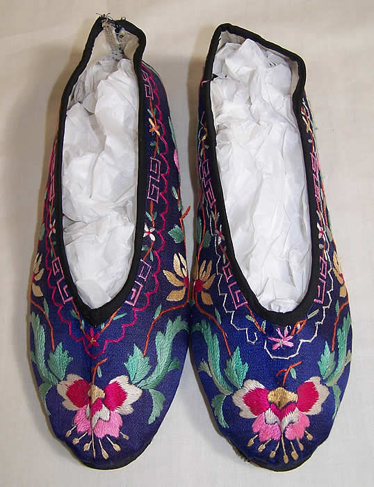 Chinese Silk Embroidered Slipper Shoes     Front view.