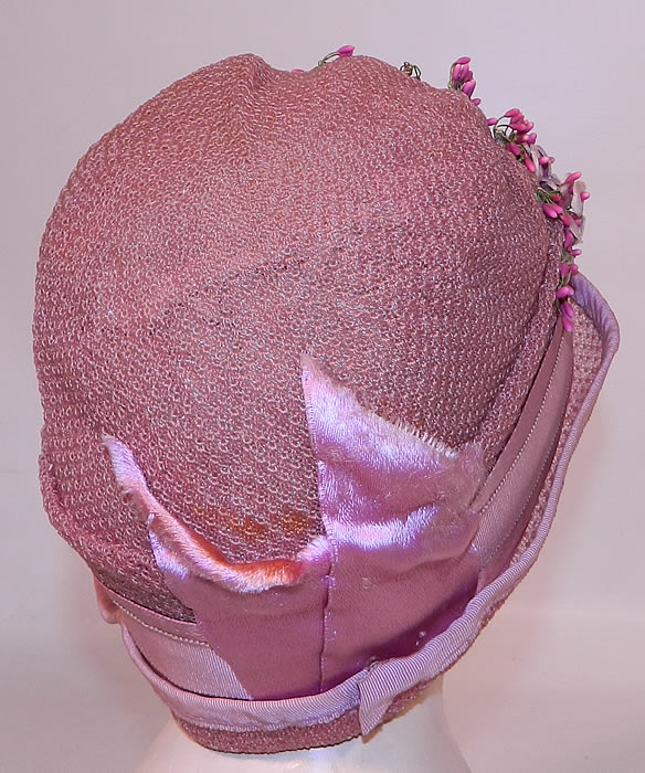 Vintage Tenne Hats Purple Lilac Woven Straw Lavender Flower Flapper Cloche. It is in good condition, with only a few tiny faint age spot stains on the back (see close-up).
