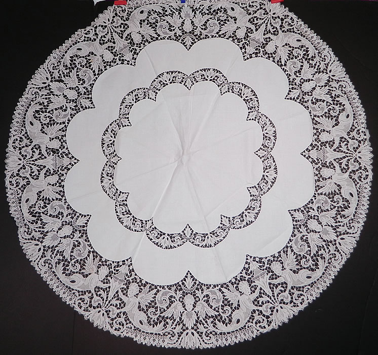 Victorian Antique Point de Venise Lace Renaissance Cupid Linen Round Tablecloth. This Victorian era antique Point de Venise lace Renaissance cupid linen round tablecloth dates from the 19th century. It is made of a white fine linen fabric, with delicate Point de Venise lace trim inserts and edging with buttonhole stitches, connecting brides and bars.